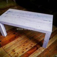 vecināts koka galds